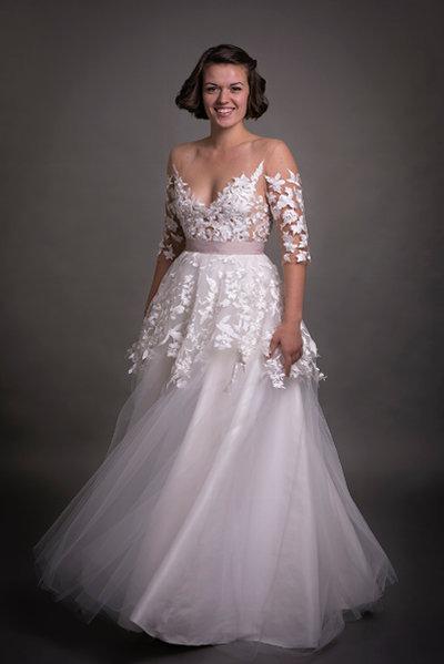 Unik brudekjole med rosa bælte, tatoo effekt og tyll skørt