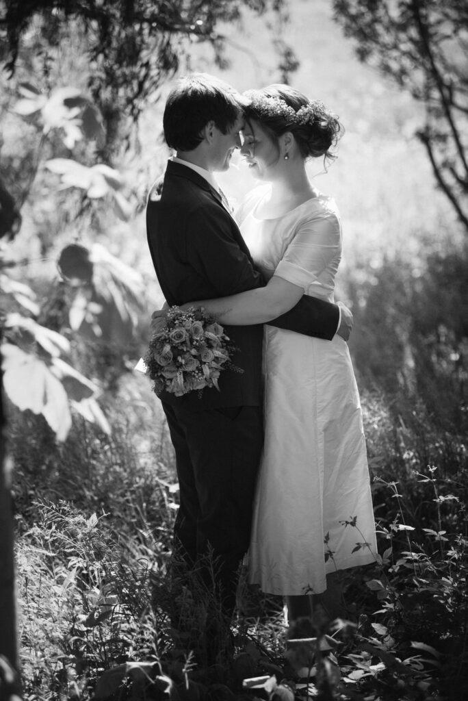 Smuk kort brudekjole i thaisilke og med gammel rosa bånd