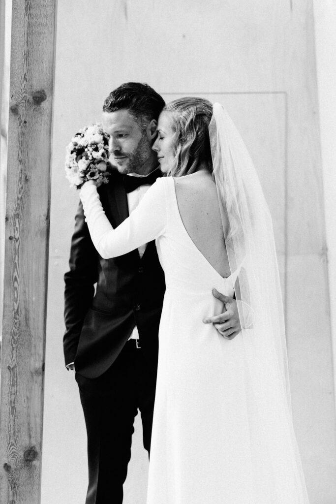 Klassisk nordisk brudekjole med dyb ryg