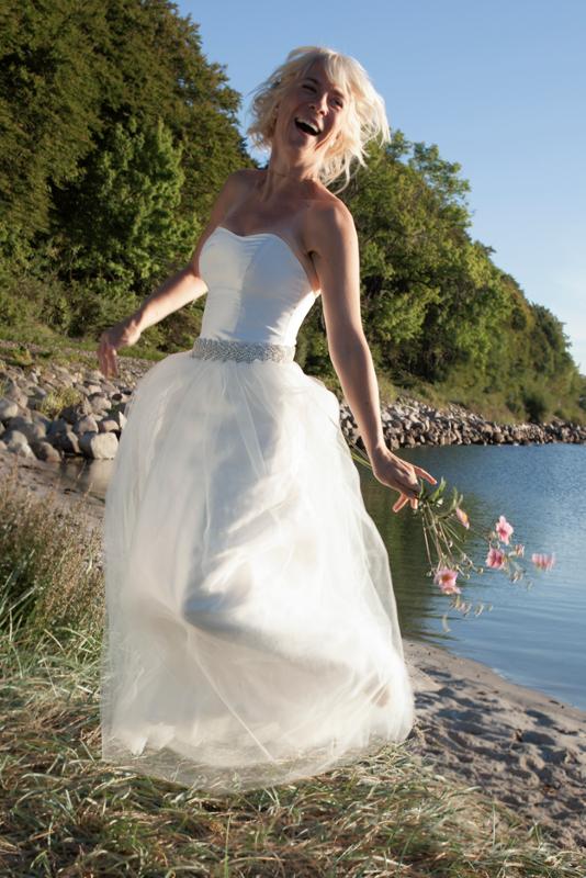 Lykkelig brud i silke brudekjole