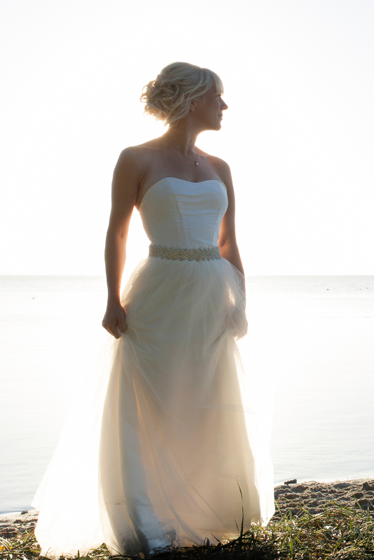 Brudekjole med tyllskort i morgensolen