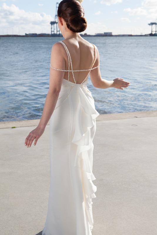 Brudekjole med perler og flæse og perle stropper