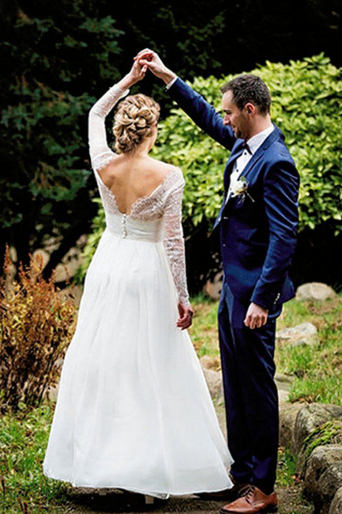 Skræddersyet brudekjole i silke chiffon, blonde og naturperler