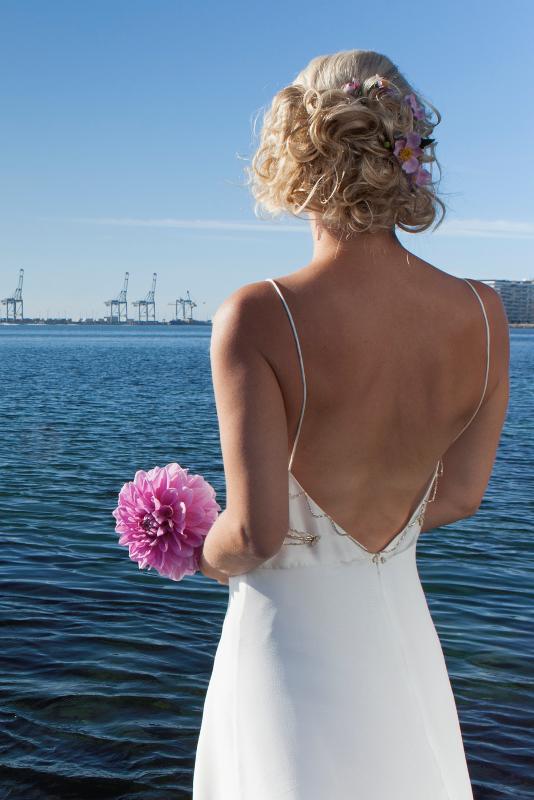 Brudekjole med dyb ryg, tyndestropper og guld detaljer