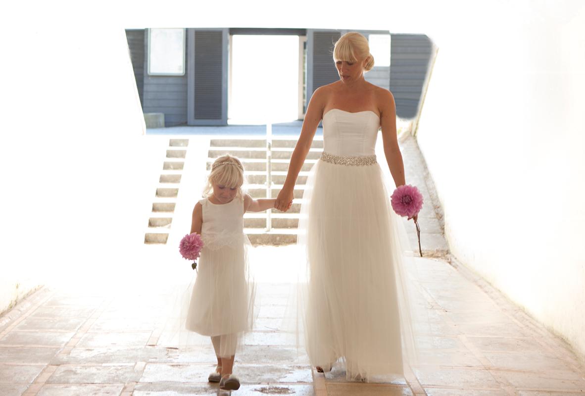 Brudekjole med simili baelte og brudepigekjole med tyllskort