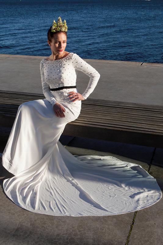 Brudekjole med perler og stort smukt slæb sort perle bælte