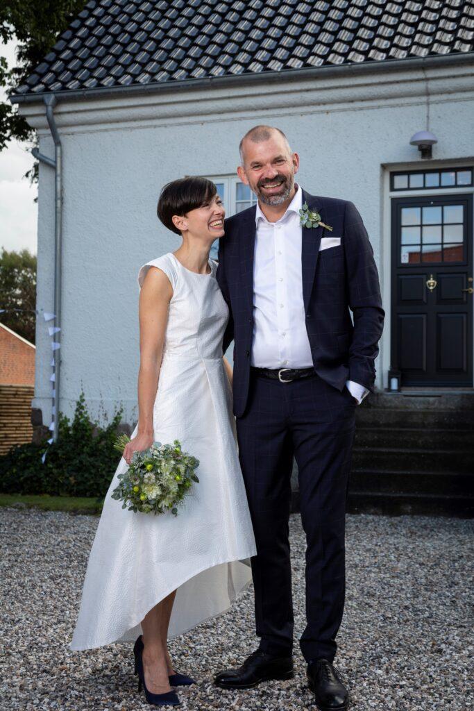 Buch Couture brud i minimalistisk brudekjole kort foran lang bag til