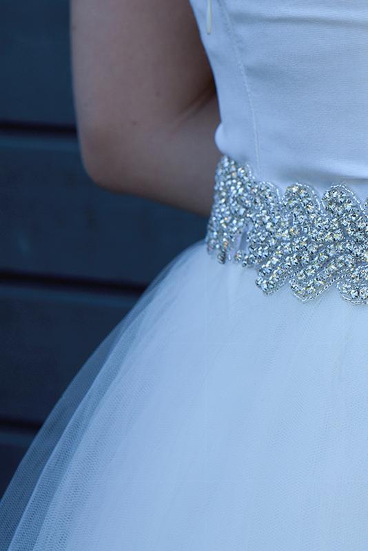 Brudekjole i silke med simili baelte