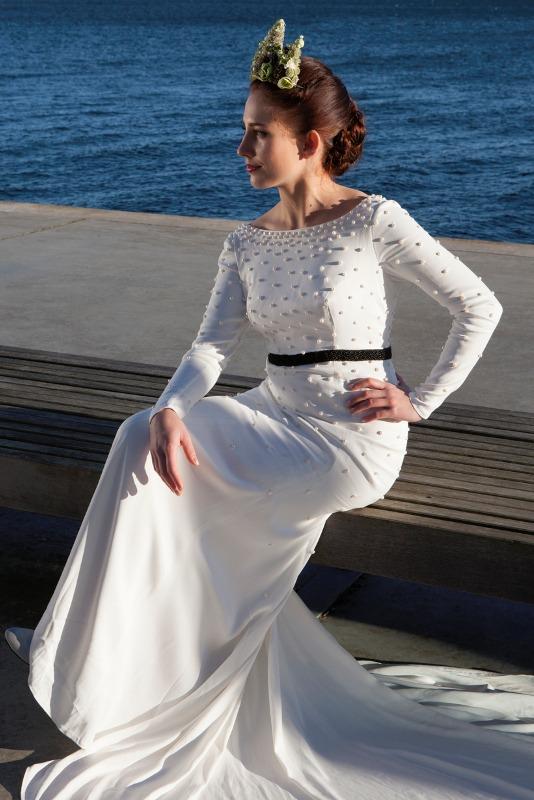 Brudekjole med perler og et smukt sort bælte der fremhæver taljen
