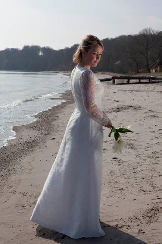 Brudekjole med lange blonde ærmer og betrukne knapper