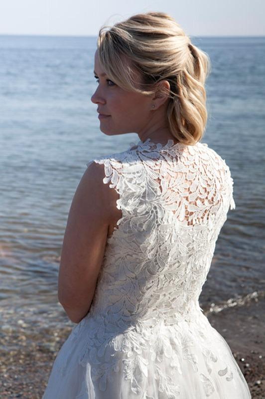 Kort brudekjole med den fineste blonde ryg.