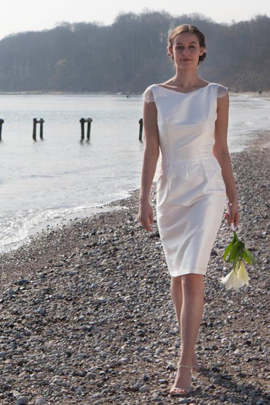 Kort brudekjole med de fineste blonde detaljer. Perfekt til rådhusbryllup