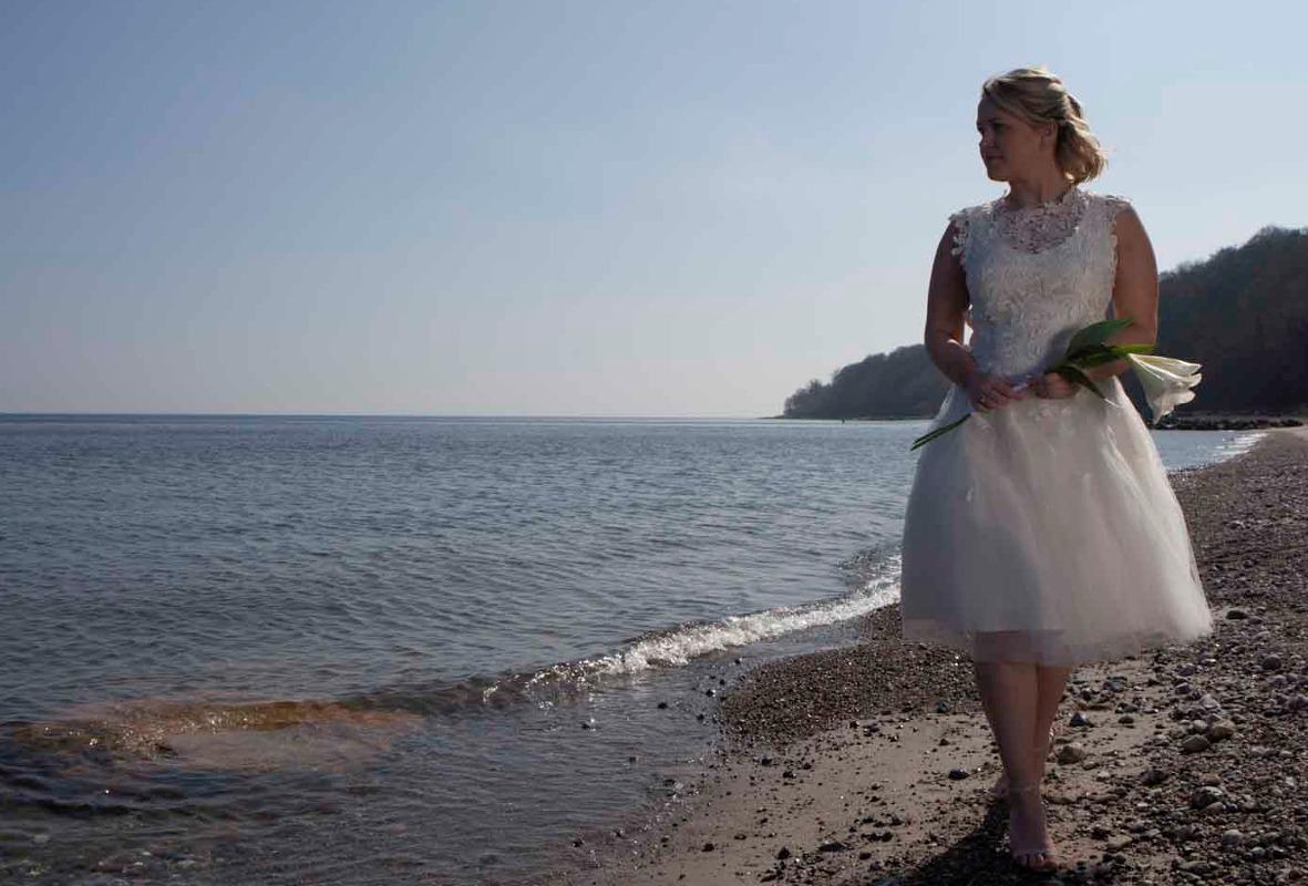 Kort brudekjole med fine håndsyede blonde detaljer og tyll skørt.