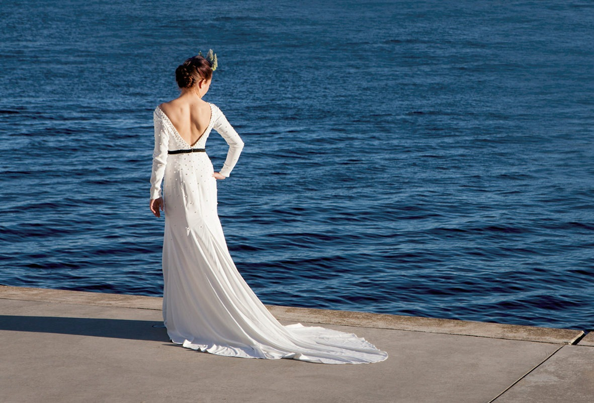 Brudekjole med perler og langt smukt slæb