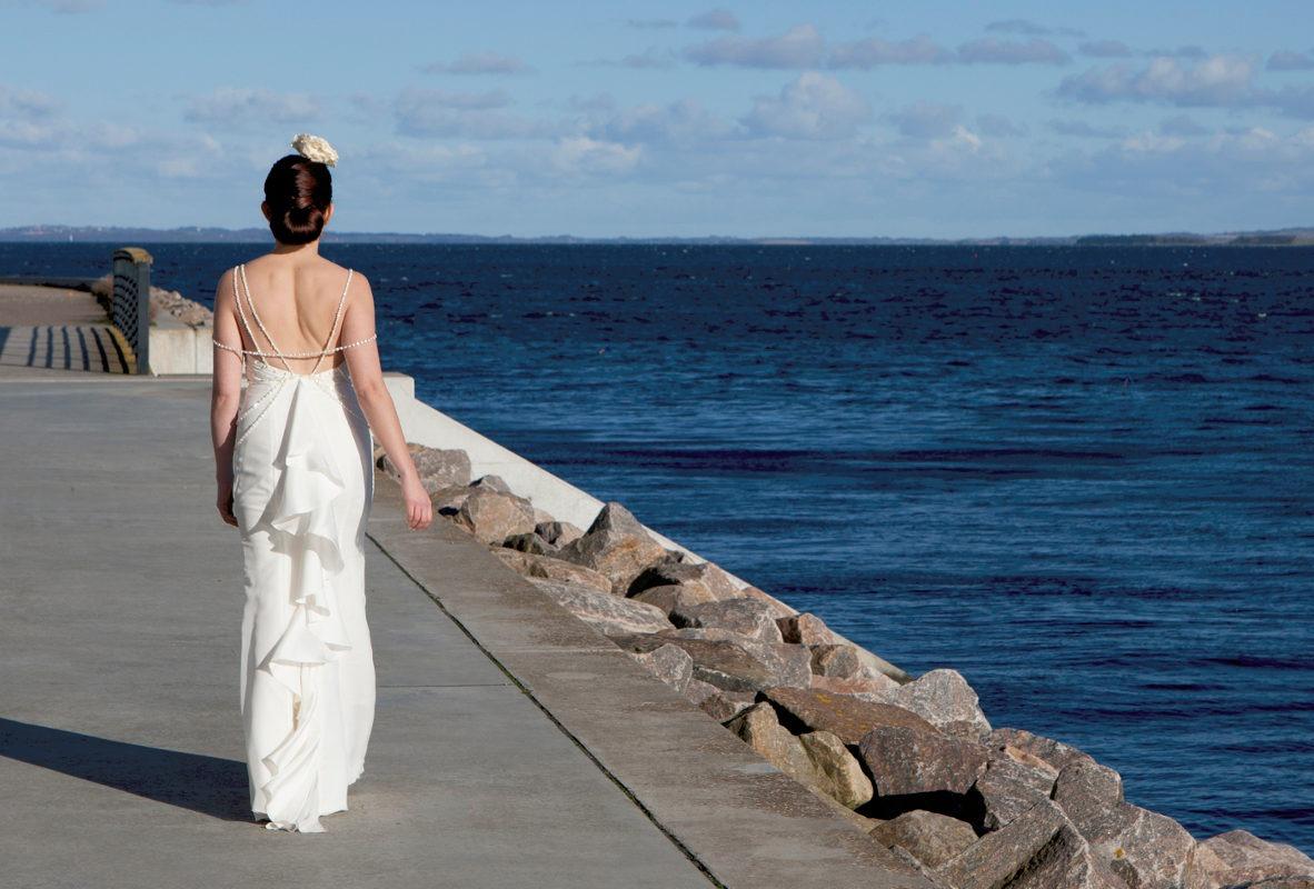 Brudekjole med perler og smukke strupper med naturperler og krystaller