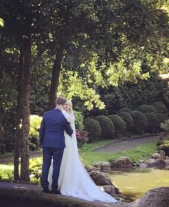 Nygifte Lasse Rimmer og Line Hoffmeyer i en drøm af en skræddersyet unik brudekjole fra Buch couture.