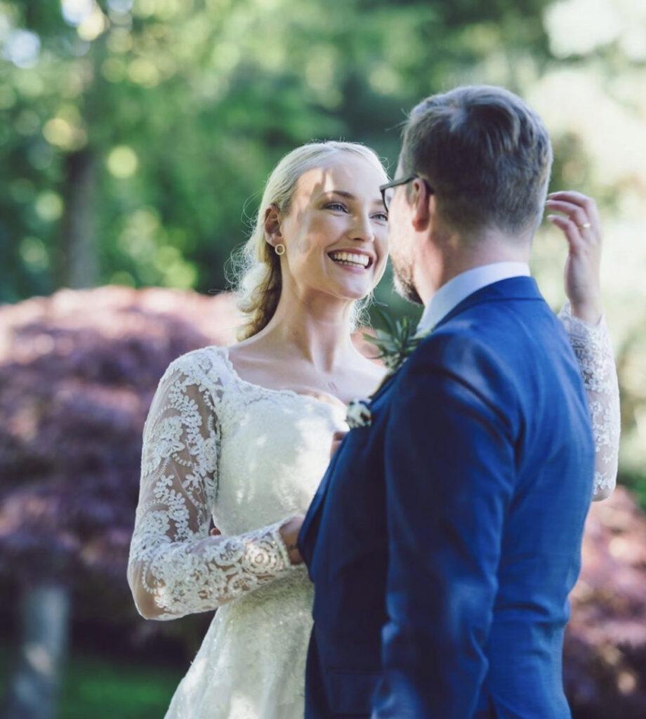 Lasse Rimmer og Line hoffmeyer nygift  i skræddersyet brudekjole