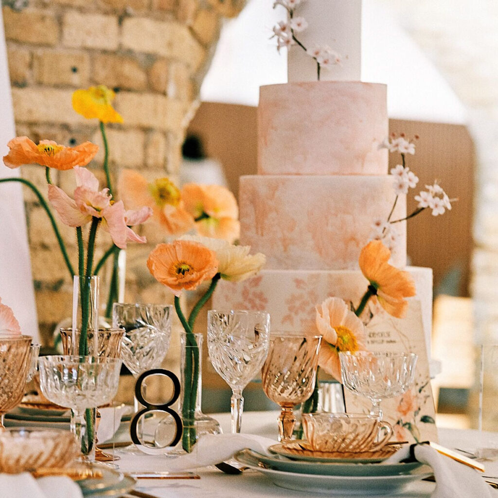 Bryllupsbord dækning og bryllupskage