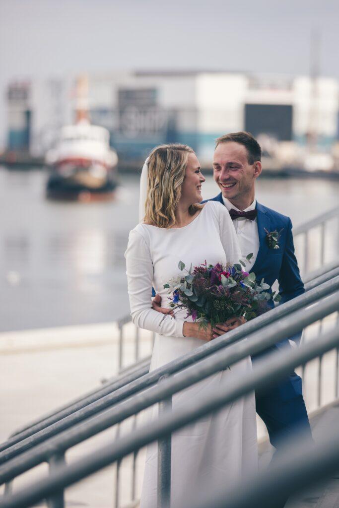 Personlig brudekjole. Buch Couture brudepar, på havnen i aarhus, i unik brudekjole med bådudskæring