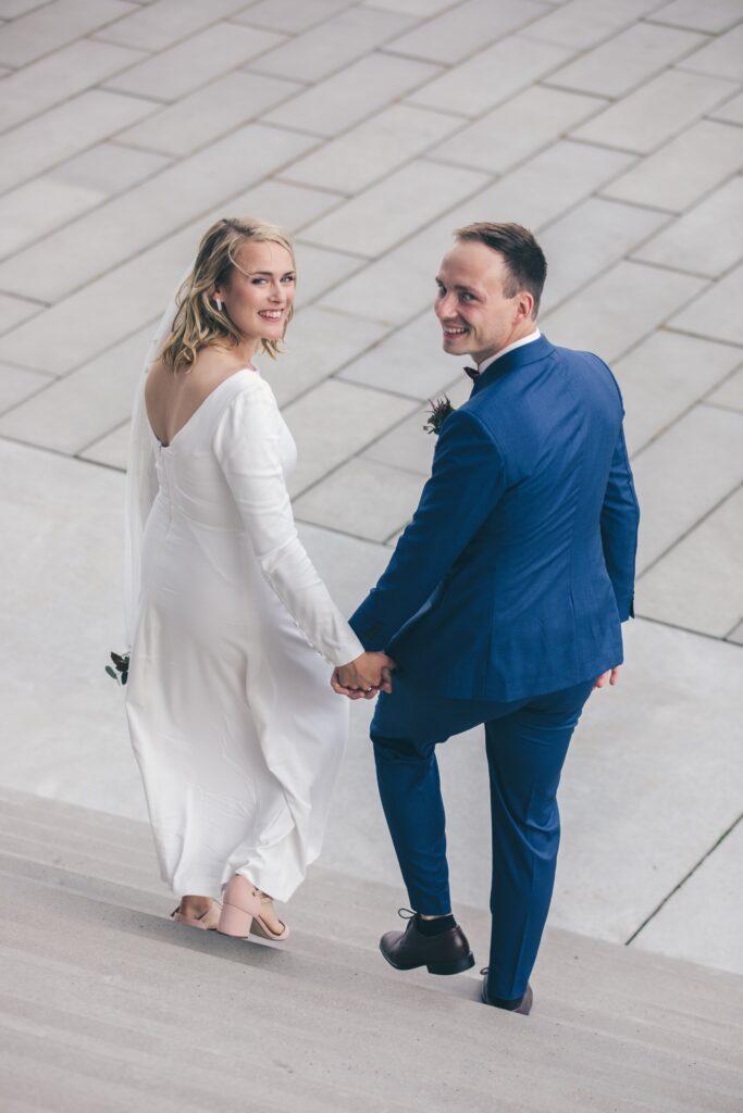 Personlig brudekjole. Buch couture brudekjole bagfra med dyb ryg og lange ærmer.