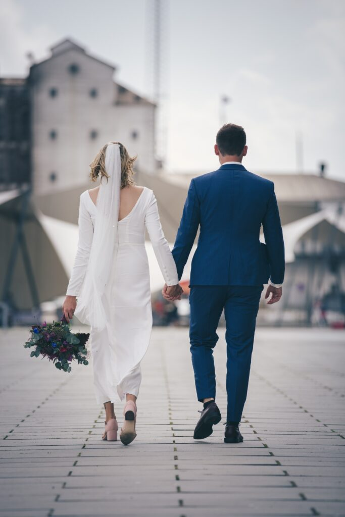 Personlig brudekjole. Buch Couture brud i skræddersyet kjole med unikt slør, på vej til fest på Dokk1 Aarhus