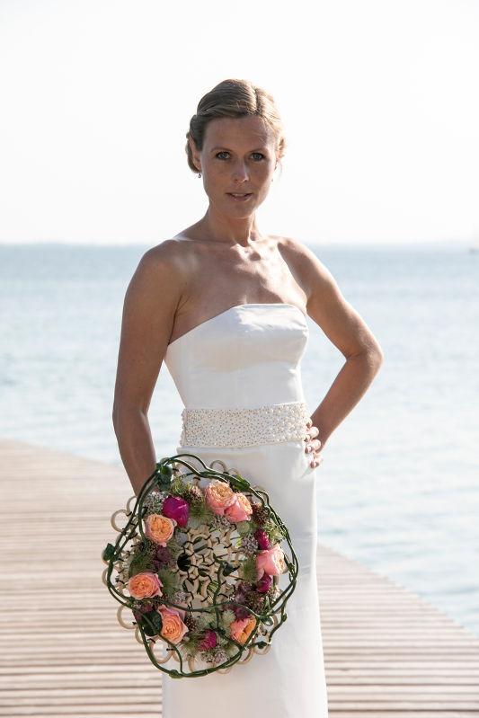 Corsage brudekjole med perlebroderet bælte på den uendelige bro