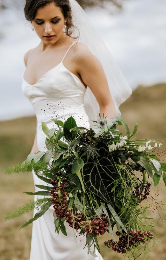 Minimalistisk brudekjole med kort funky slør