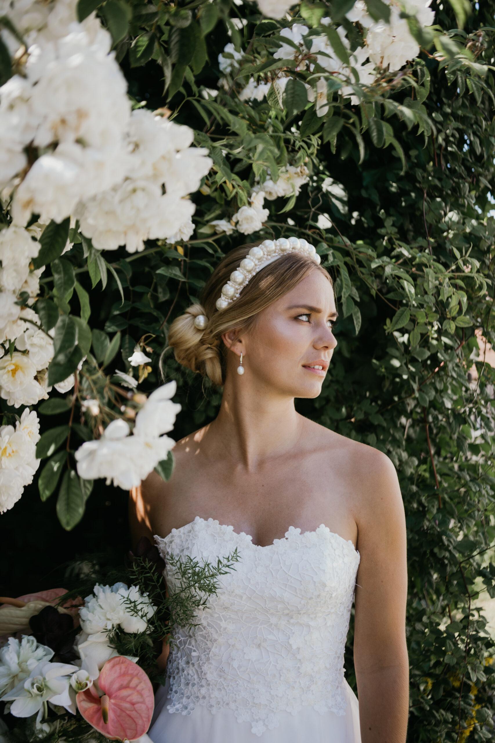 elegant brudekjole med bh corsage og smukt hårbånd med perler