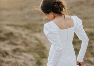Statement ærmer brudekjole trends 2021 med betrukne knapper