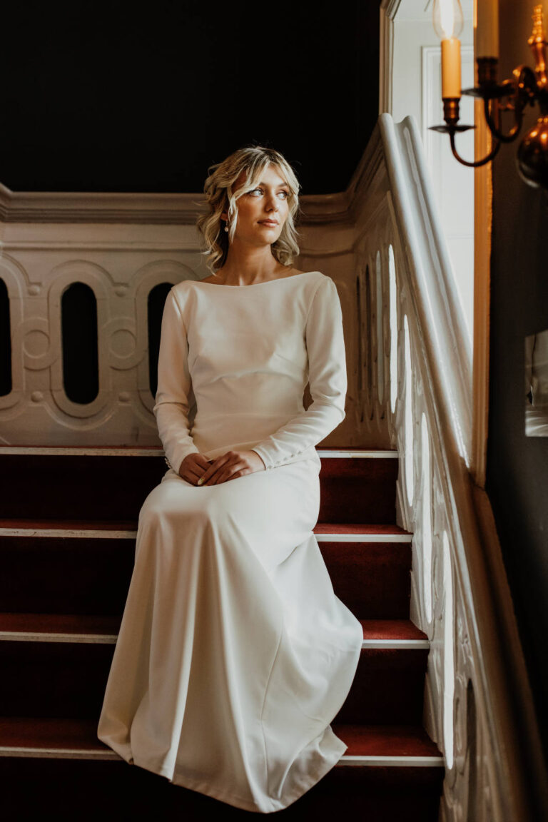 Klassisk og minimalistisk brudekjole med lange ærmer og smukke betrukne knapper