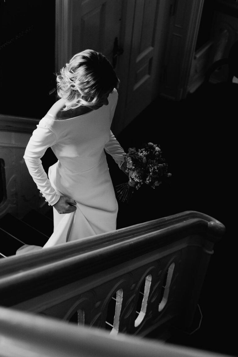 Elegant brudekjole i skandinavisk stil med bådudskæring og smukt slæb