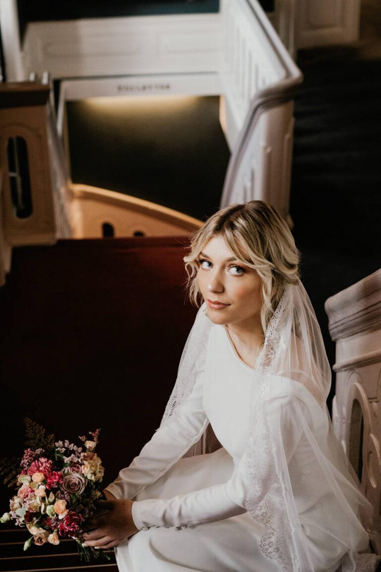 Skøn brudekjole med lange ærmer og plads til det fineste slør