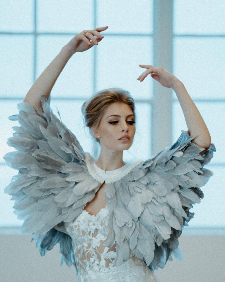 smuk kappe af isblå fjer giver et ekstravagante look til brudekjolen
