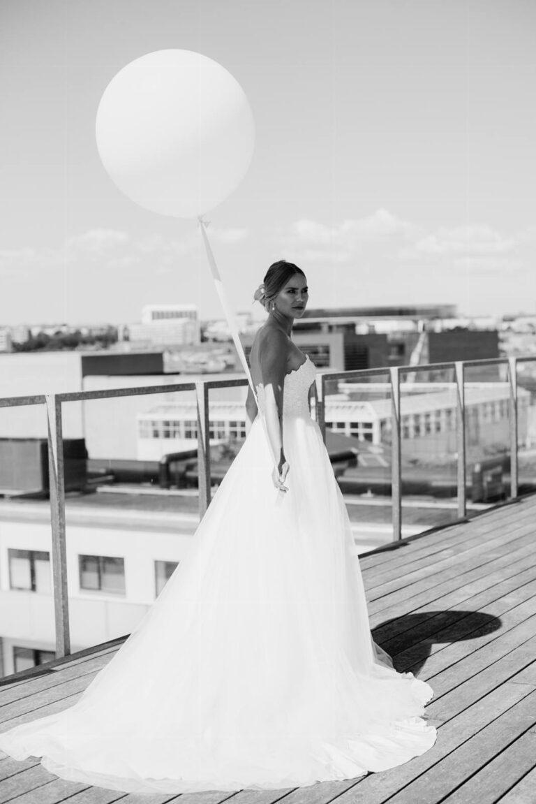 smuk prinsesse brudekjole med stort tylskørt og overdel i tætsiddende corsage