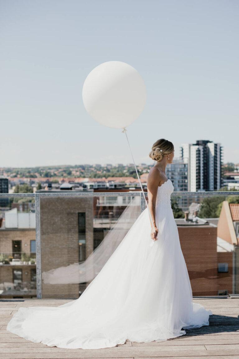 elegant og smuk prinsesse brudekjole med stort skørt og overdel i corsage og smukt langt slør
