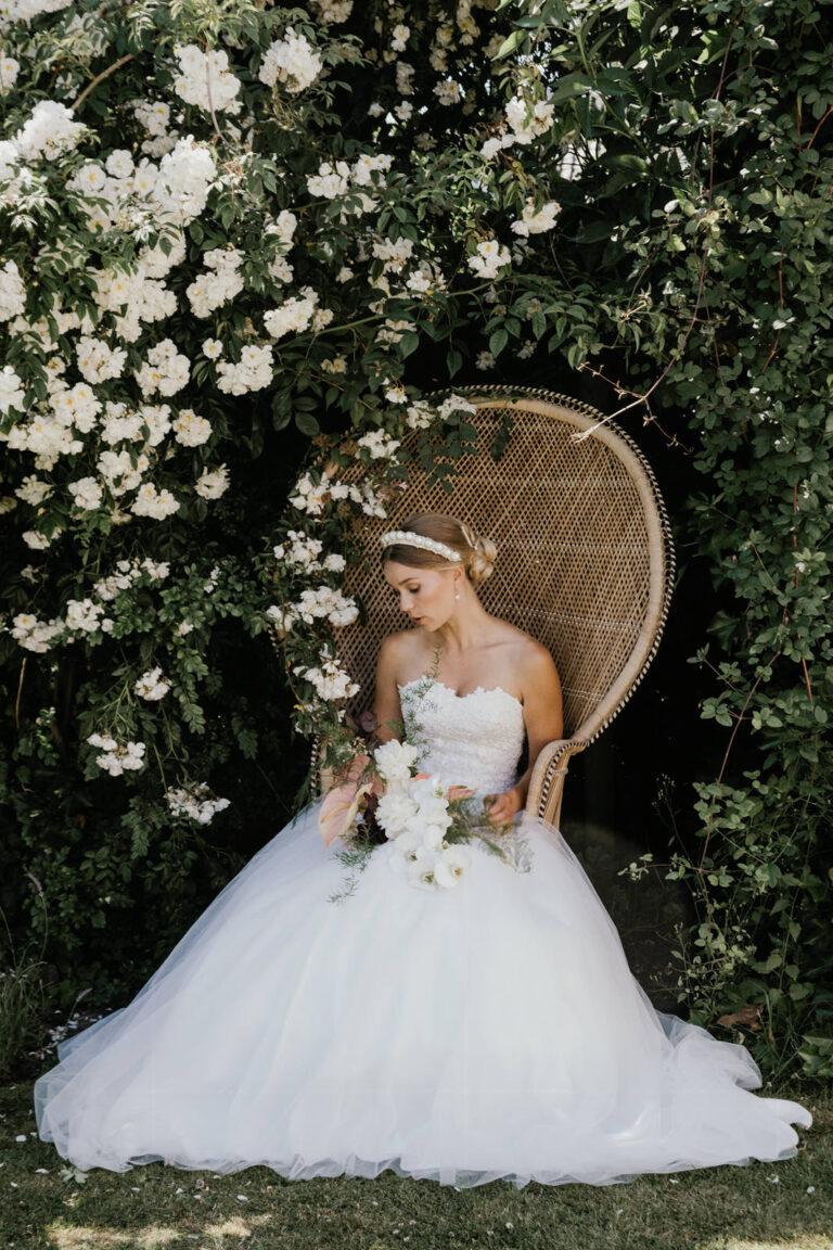 smuk prinsesse brudekjole med stort smukt skørt og overdel i corsage