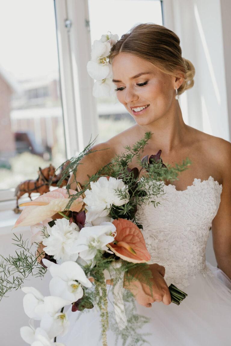 en rigtig prinsesse brudekjole med corsage i blonde og med den fineste blondekant