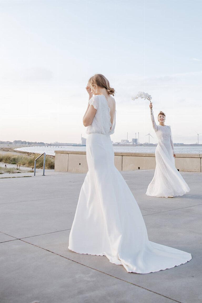 brudekjole med smuk dyb ryg og overdel i blonde og skørt i dobbelt crepe viskose med et kort slæb