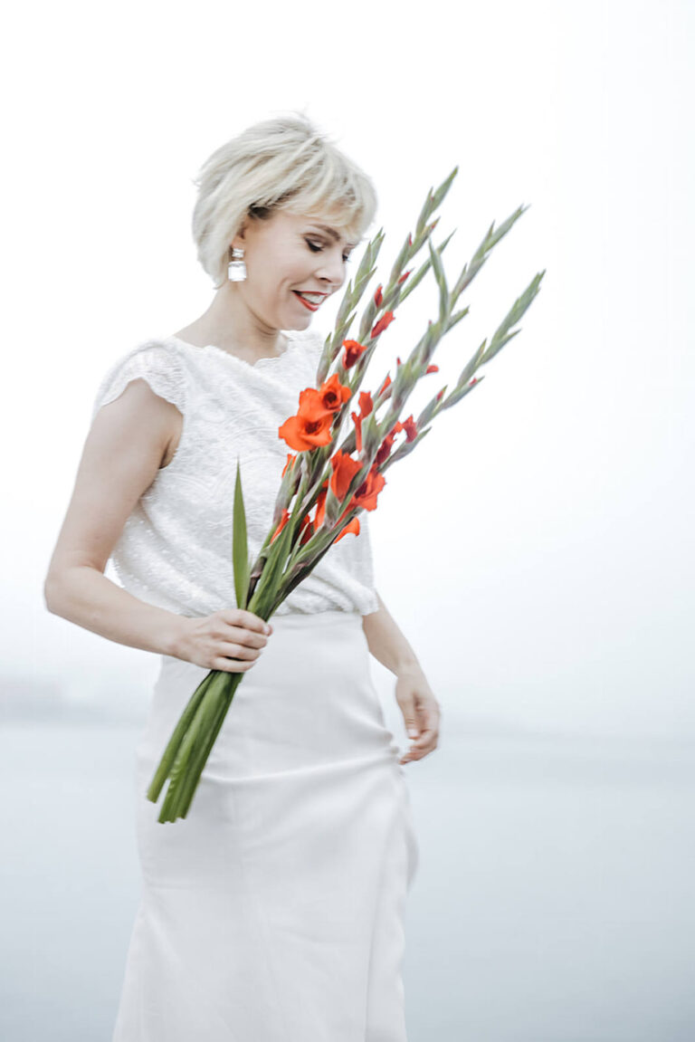 Brudekjole med den smukkeste overdel i blondestof og tætsiddende skørt der fremhæver den kvindelige form