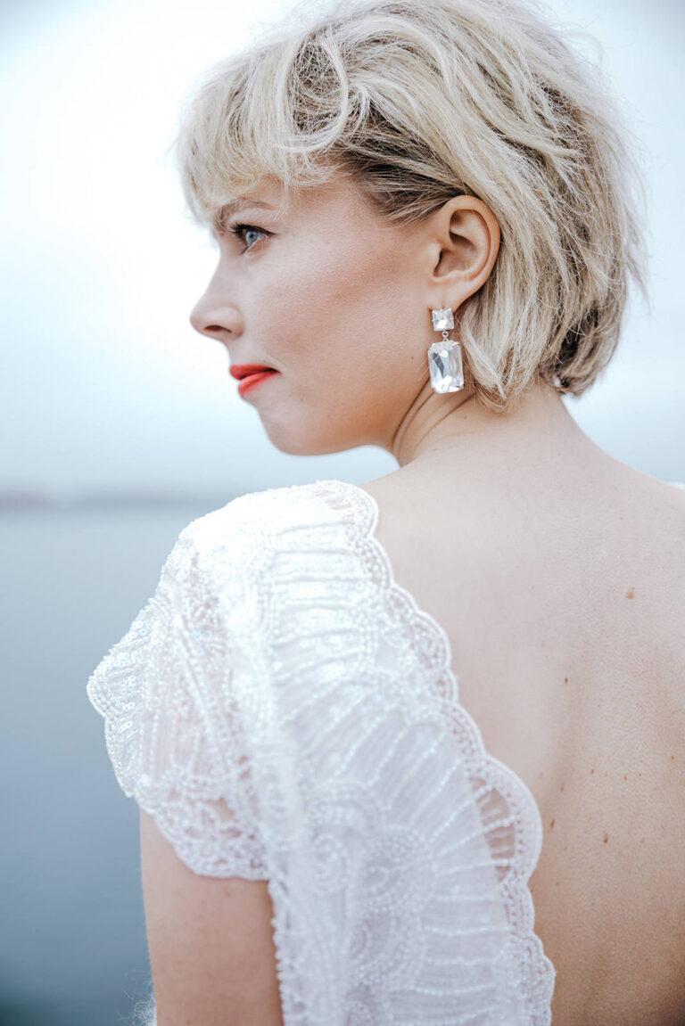 brudekjole med overdel i blonde og dyb ryg med smuk blondekant