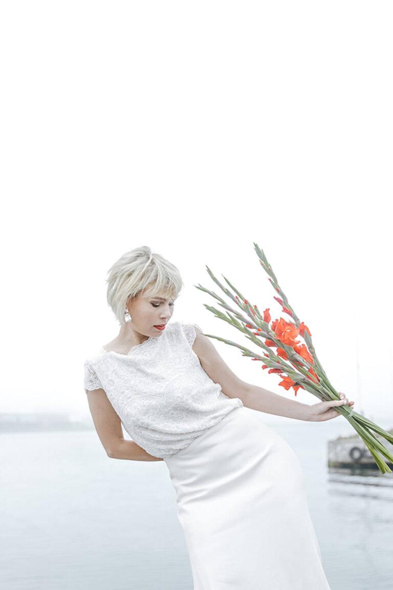Brudekjole med løst siddende overdel i blonde og et skørt, der smukt følger brudens bevægelser