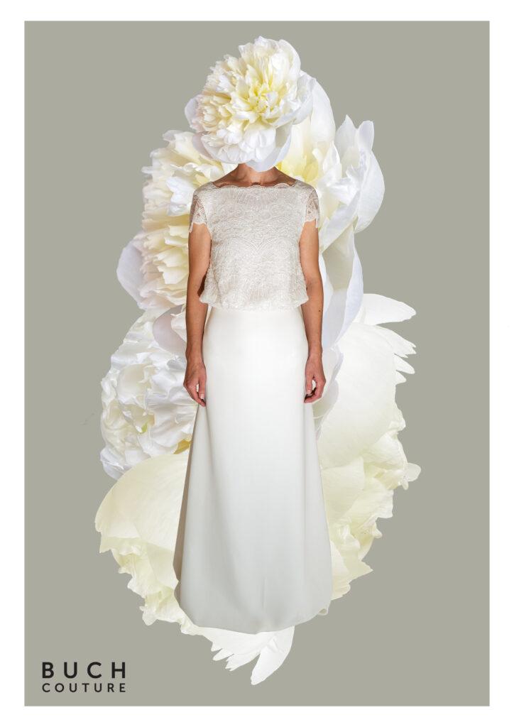 brudekjole med overdel i smuk blonde og dyb udskæring i ryggen, og skørtet er lavet i let crepe viskose