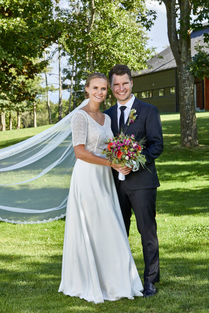 Elegant brudekjole med top i fin blonde og v-udskæring og langt slør