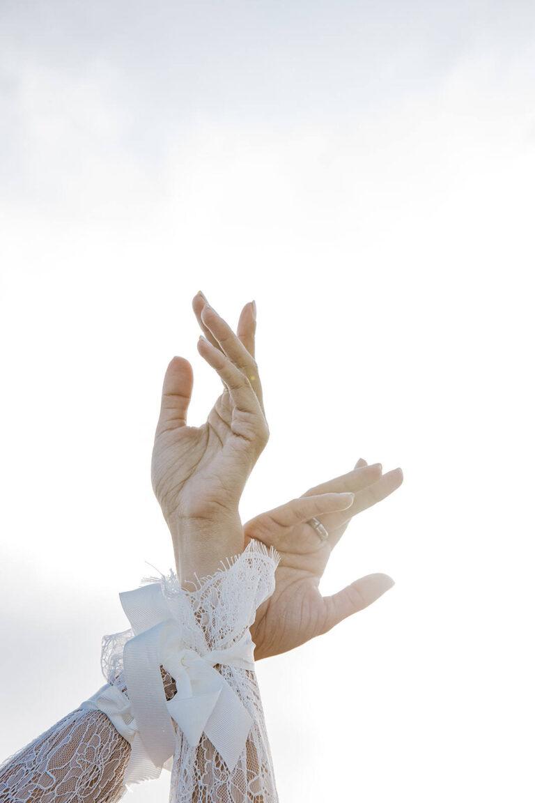 Brudekjole med smukke lette lange ærmer der kan bindes ind ved håndleddet