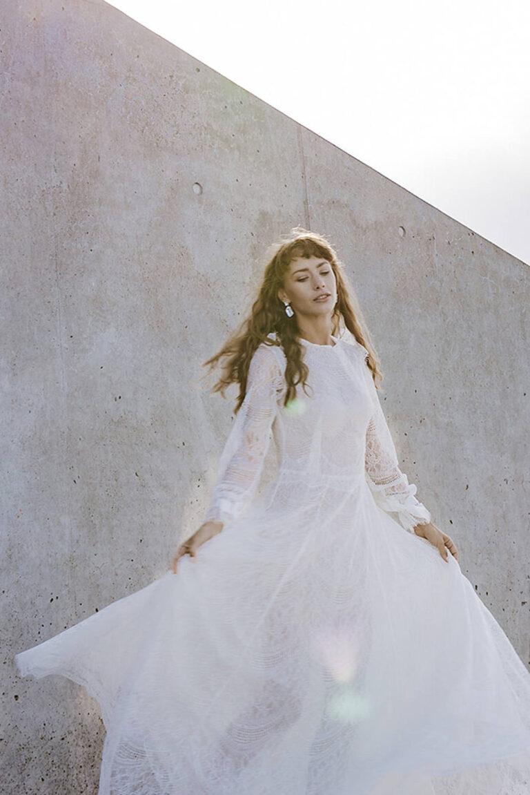 vintage inspireret smuk brudekjole med den fineste detaljerede blonde understøttet af silkeorganza med lange løse ærmer