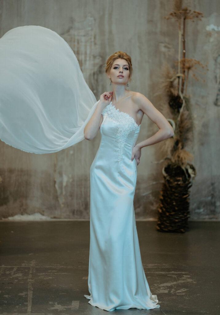 sofistikeret og elegant brudekjole med håndlavede silkeblomster med perler lang flæse i silkechiffon