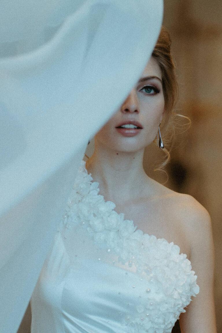 brudekjole i 100% silkesatin med fin diagonal udskæring og smukke håndsyede blomster og perler