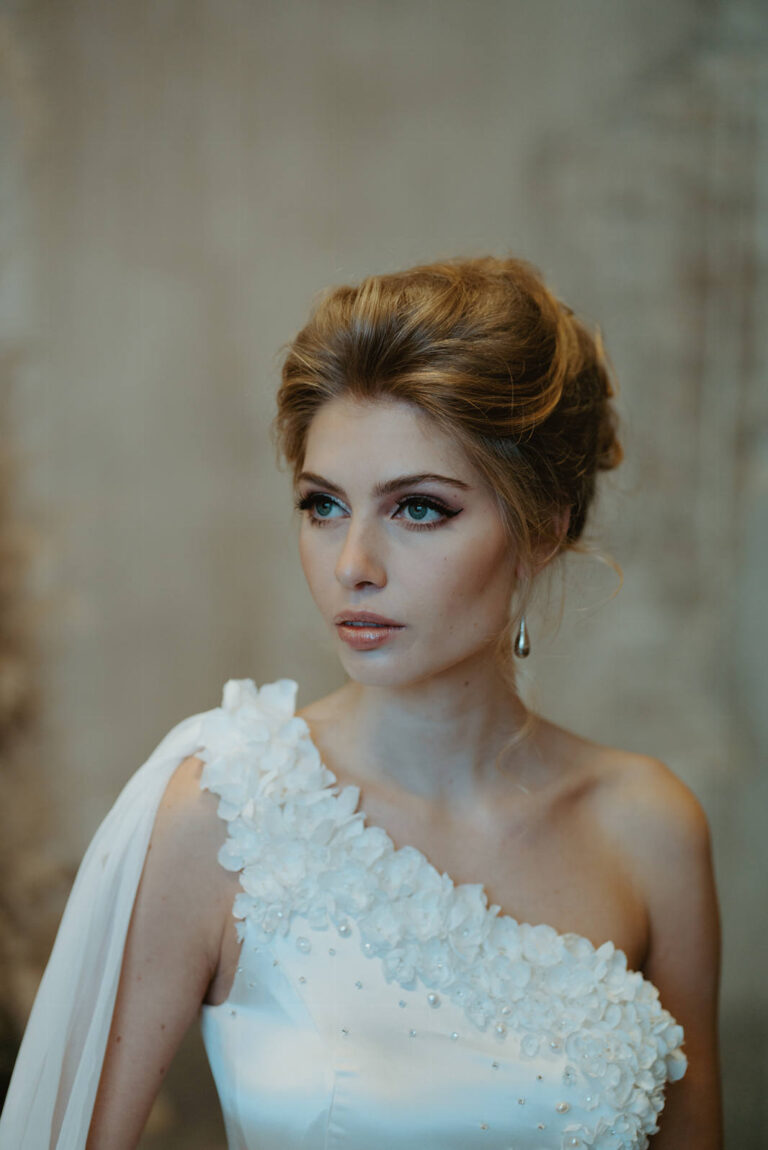 brudekjole med diagonal udskæring med de fineste silkeblomster håndsyet med perler