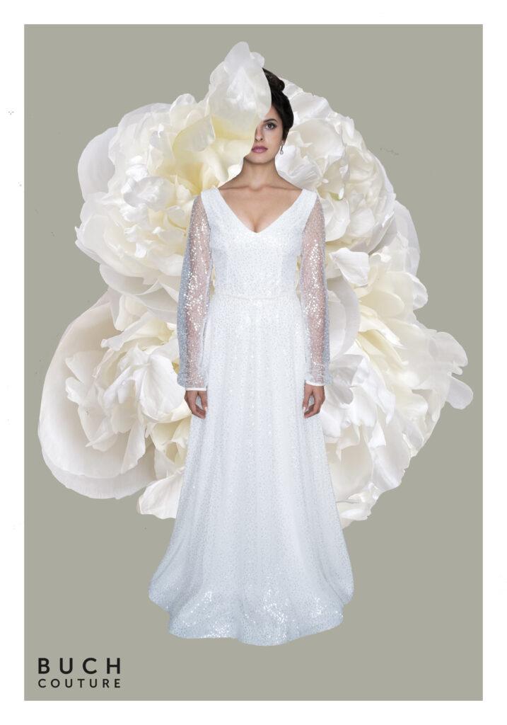 brudekjole lavet i smuk tyl broderet med perler og pailletter som skinner let og ekstra detalje med fine naturperler i taljen
