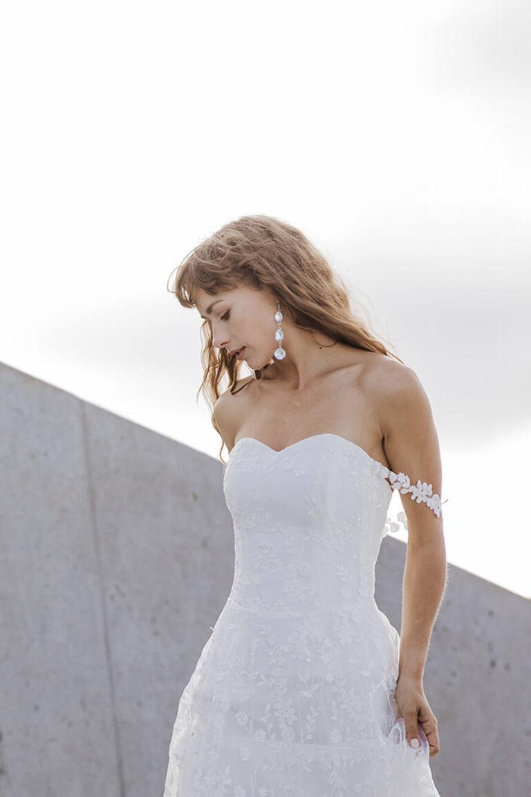 brudekjole i den smukkeste blonde med top i corsage og smuk blonde på armen